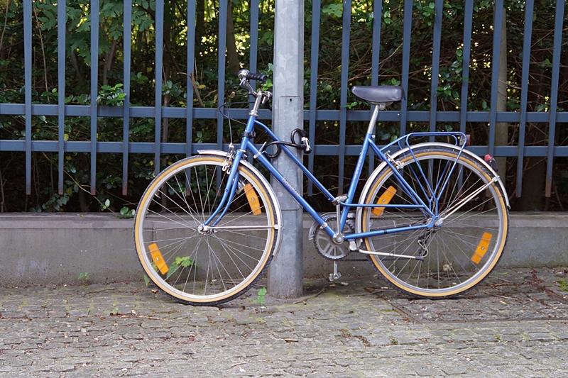 Blaues Vintage Fahrrad im Europaviertel Brüssel // Vintage Bike in Brussels, Belgium