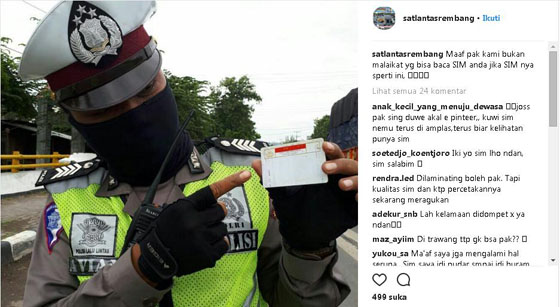 Foto Kocak! Polisi Ini Malah Bingung Saat Diberi SIM Gaib Saat Operasi Zebra