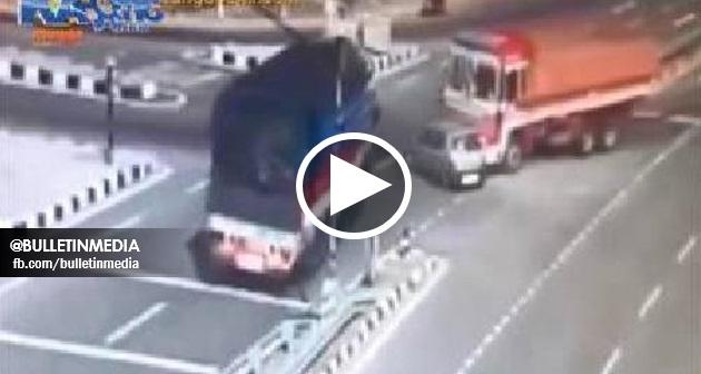 [VIDEO] Kemalangan dahsyat, sebuah kereta mini hancur di langgar 2 lori. Siapa Yang Tak Kuat Semangat Jangan Tengok