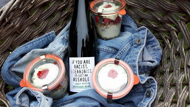 Auf zur Gartenparty mit Wein und Nachtisch