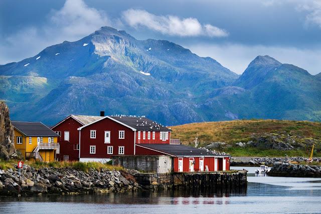 Case rosse in riva al mare in Norvegia