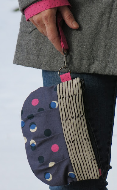 Luna Lovequilts - Pleated pouch in Cotton and steel fabrics - with wrist strap