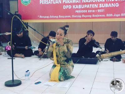 FOTO 2 : Yuli Merdekawati ( Nini Subang) dan Seni buhun KARINDING KURING
