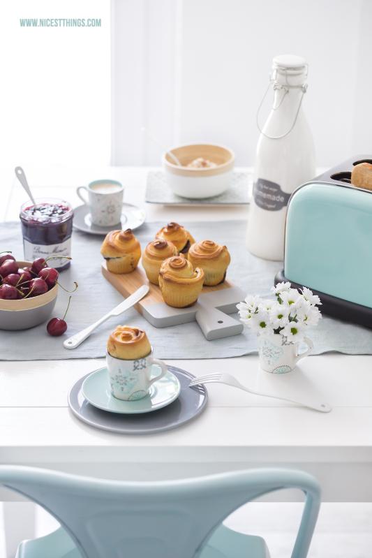 Gedeckter Tisch fürs Frühstück in Hellblau und Türkis