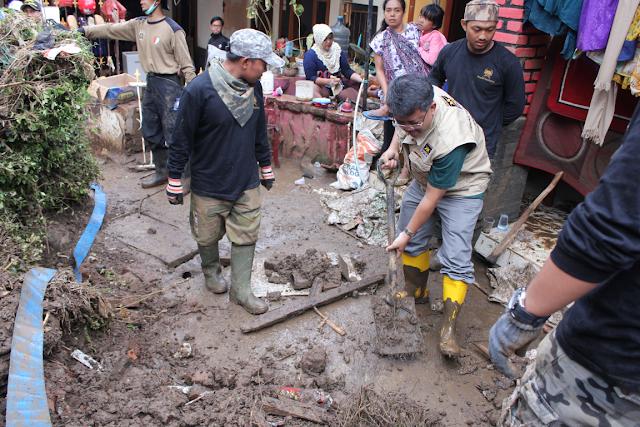 Tinjau Dampak Banjir, Presiden PKS Turun Langsung Bantu Warga Garut