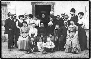 Photo de famille ancienne noir et blanc. réunion de famille