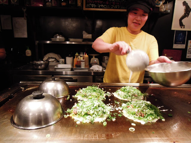 Okonomiyaki in preparazione