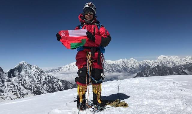 بالفيديو والصور: أول عمانية تصل إلى أعلى قمة في العالم
