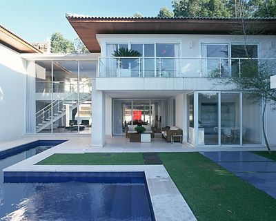 Strane case strane vite una casa da sogno arredamento for Casa moderna bianca esterno