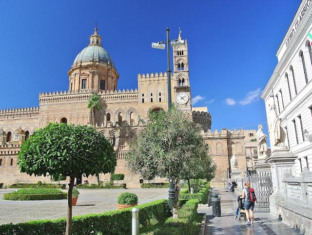 centrum Palermo, katedra, widok na dzwonnice