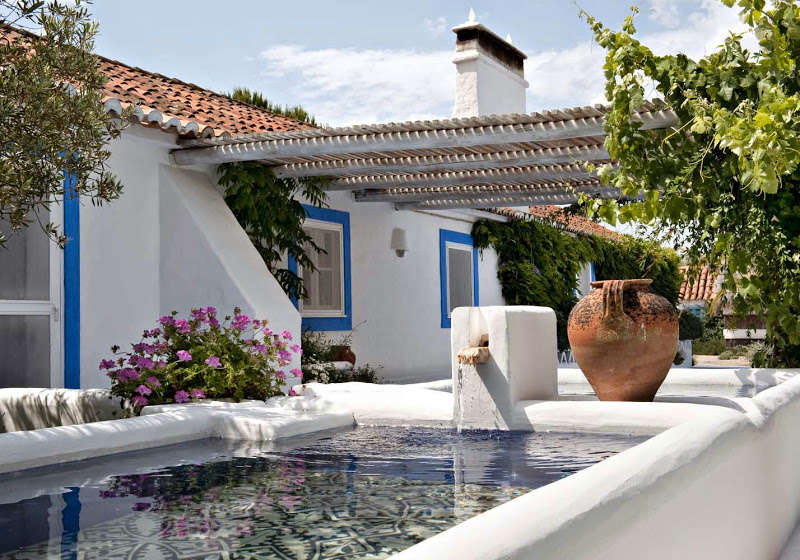 como decorar al estilo andaluz casa blanca y con piscina andaluza