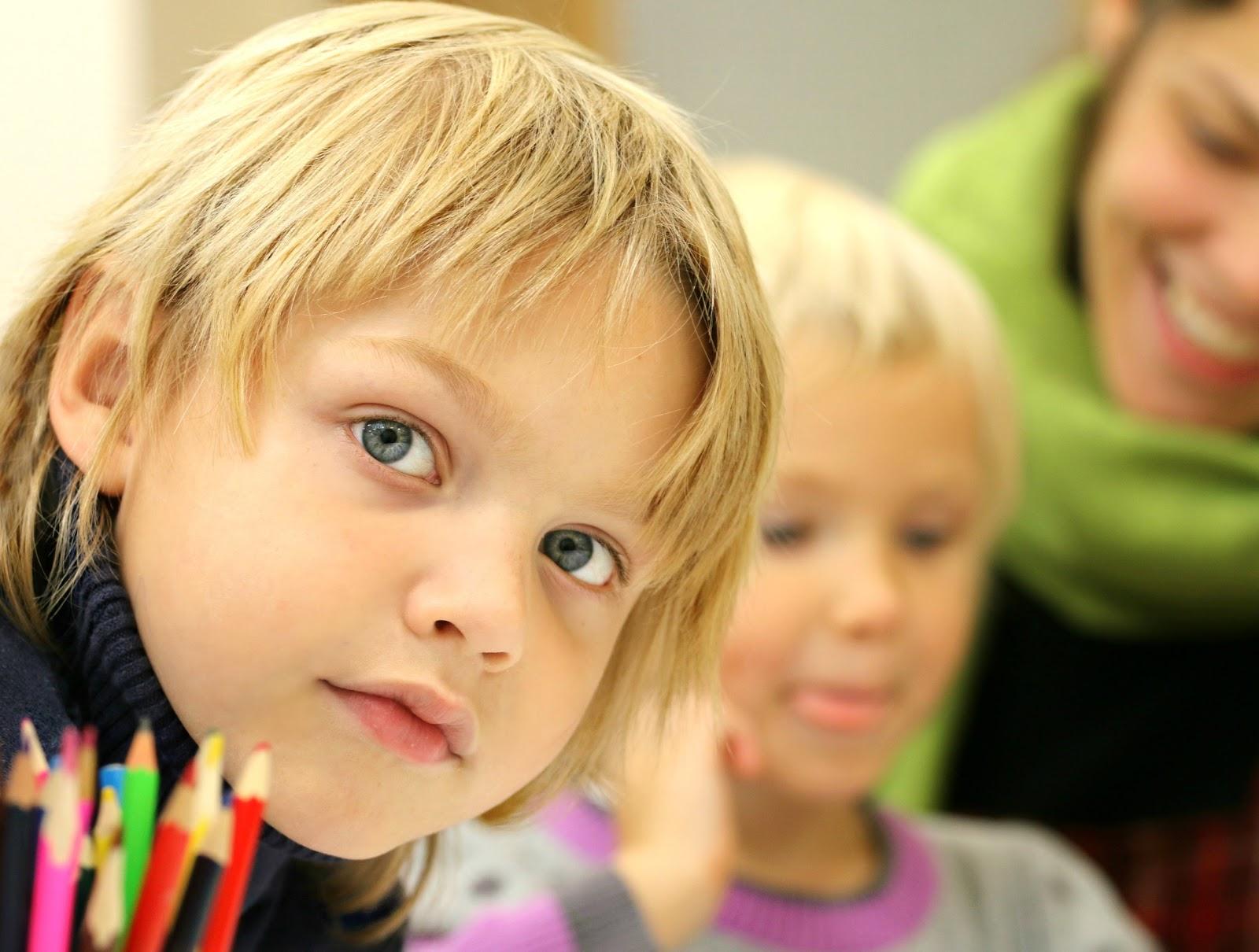 学校の教室の子供たち
