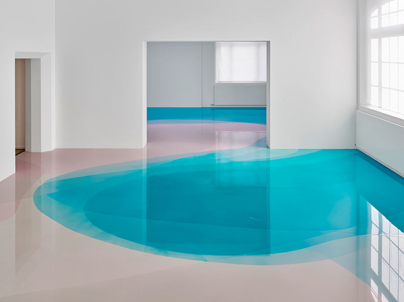 420 metros cuadrados de resina color caramelo en capas sobre el suelo de un museo alemán