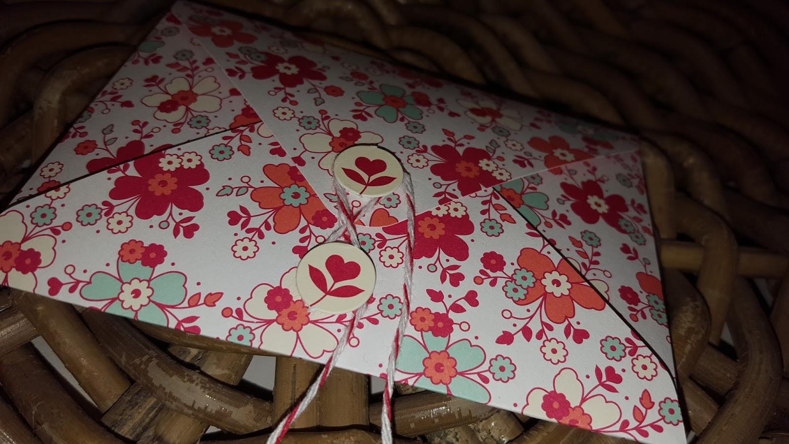 Hier Seht Ihr Einen Zettel Den Ihr Beschreiben Könnt In Einem Kleinen Und  Niedlichen Umschlag, Den Ihr Mit Einem Bändchen Schließen Könnt.