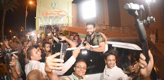 """تامر حسني يشاهد فيلمه الجديد """"تصبح على خير"""" من جمهوره في """"مول العرب"""" و""""مول مصر"""""""