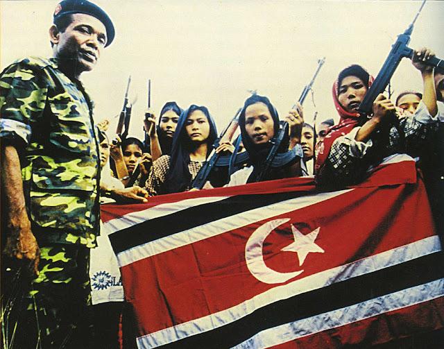 Tentara Wanita dari Gerakan Aceh Merdeka dengan Panglima GAM Abdullah Syafi'i, 1999