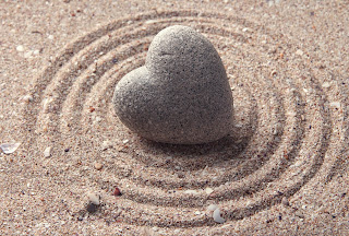 https://jolifebeautiful.wordpress.com/2016/01/03/can-your-heart-change-colour/grey-zen-stone-in-shape-of-heart-on-sand-background/