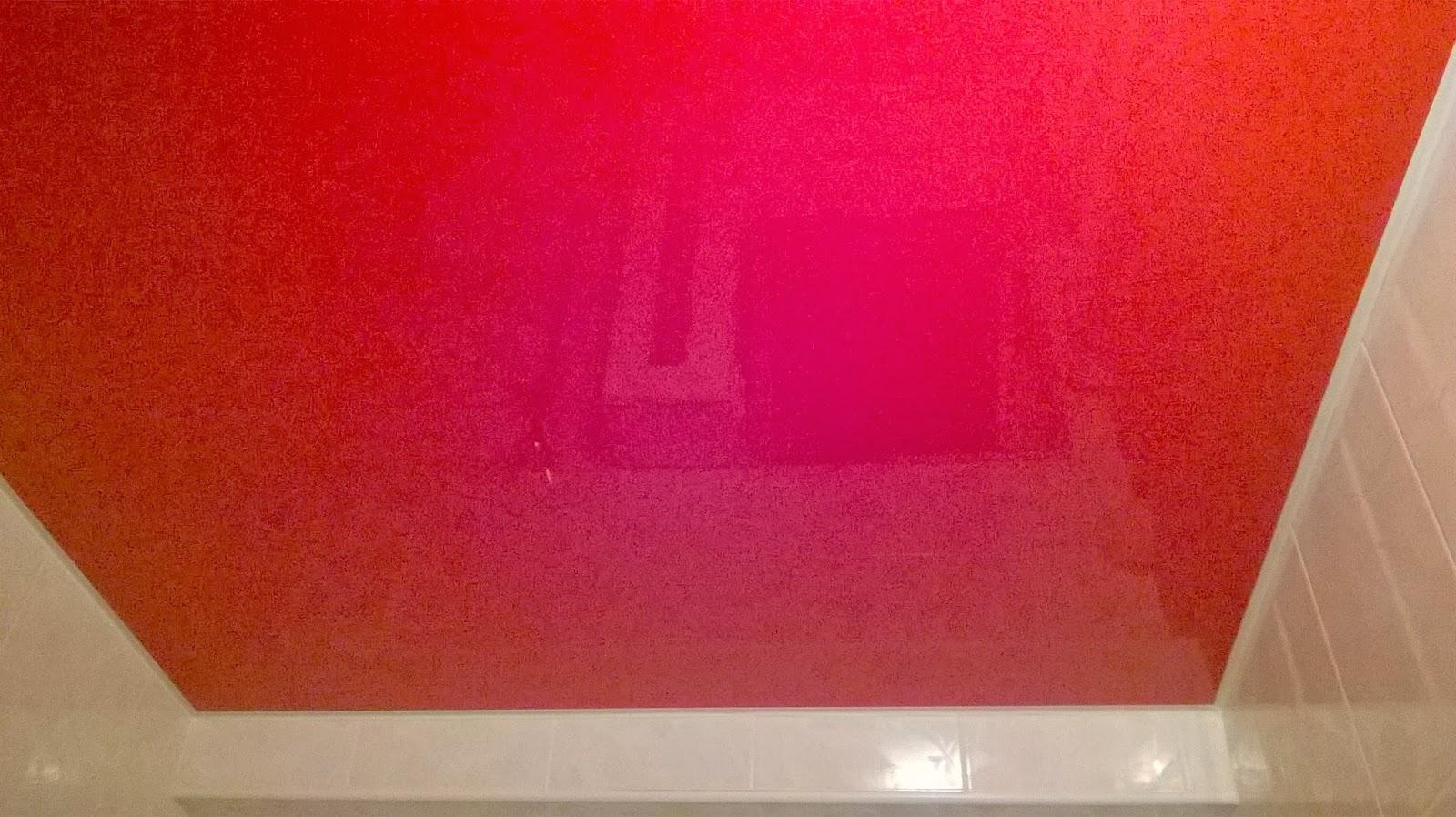 Красный лаковый натяжной потолок фото
