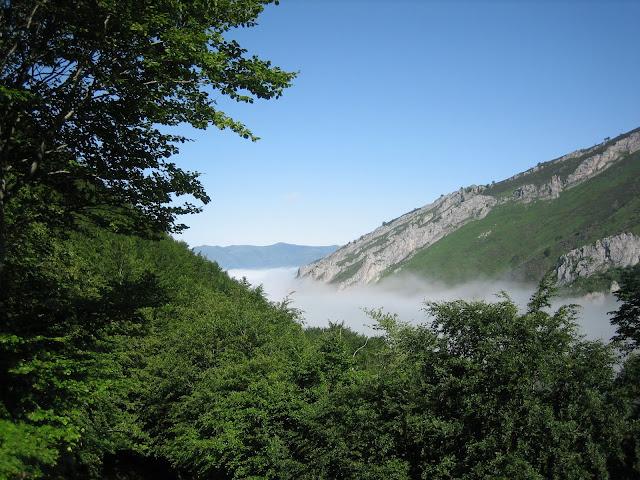 Rutas Montaña Asturias: Niebla sobre el valle en ruta al pico Faro y Huevo