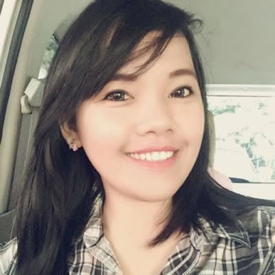 """Biografi Pengusaha Aprie Angeline  Salah jurusan kuliah malah jadi pengusaha   Ya, kisah itu pasti jamak terdengar, seperti halnya kisah wanita cantik satu ini. Namun, bukan sembarangan salah jurusan loh, karena jurusannya di Fakutltas Kedokteran yang notabennya menjanjikan. Loh kok bisa salah? Menurut berbagai sumber kami dapatkan ini karena cita- cita lainnya. Ketika itu, ketika dirinya sudah menginjak kaki di Yogyakarta, ada perasaan asing dalam dirinya. Mulai kuliah di Universitas Gajah Mada, Fakultas Kedokteran Gigi, Aprie sudah merasa tak nyaman.  Padahal waktu itu baru berjalan beberapa semester. Sempat terlintas di benaknya mau berhenti saja dan jadi artis terkenal. Merasa salah jurusan membuatnya memilih asik mengerjakan hal lain. Disela- sela kuliahnya dibuka- bukannya koneksi internet. Ketemulah sebuah bisnis online menarik hatinya. Ia lantas berjualan baju dan juga sepatu online.  """"Bisnis menjadi pelampiasan saya merasa tidak kuat di jurusan itu,""""ujar Aprie kepada Kompas. Sempat mau berhenti tapi takut kepada orang tuanya. Sumber inspirasi   Perjalanan wanita 23 tahun ini memang menginspirasi. Alasan lain kenapa merasa salah jurusan usut- punya usut karena ia pelupa. Dia juga ceriwis orangnya. Ketika berkuliah terpaksa harus mengeremnya. Itulah juga alasan kenapa memilih menjadi artis saja. Aprie pun mulai"""