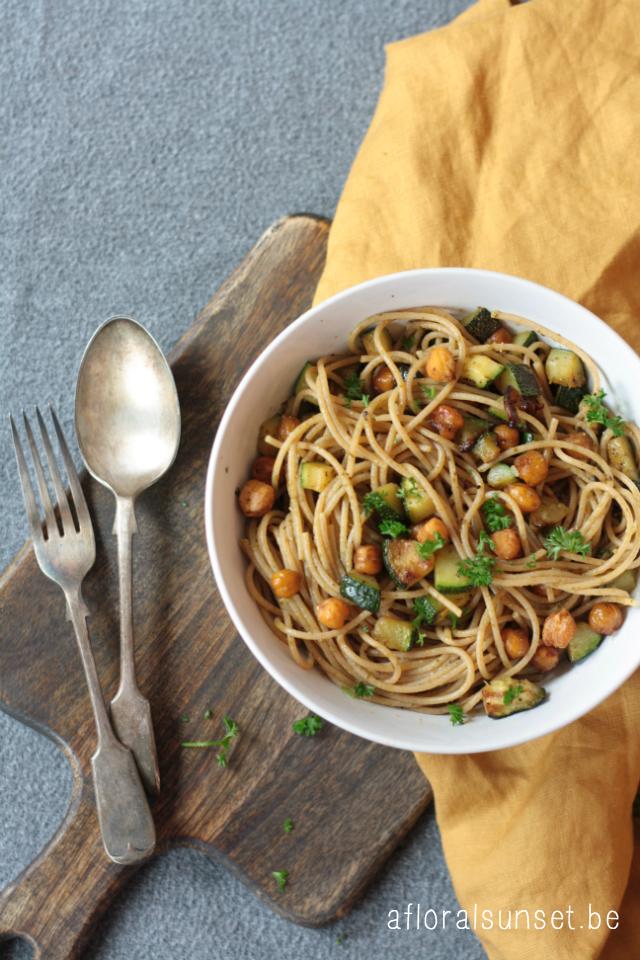 Vegetarische maaltijd: pasta met courgette en geroosterde kikkererwten - a floral sunset