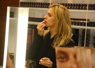 409e604f6 Carolina Dieckmann experimenta maquiagem em loja do Rio