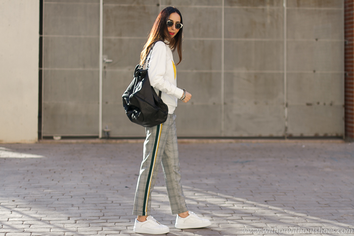 look comodo molon como combinar pantalones raya lateral con deportivas sneakers blancas con perlas Tosca Blu
