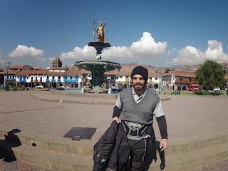 Pose para foto na praça central em Cusco / Peru.