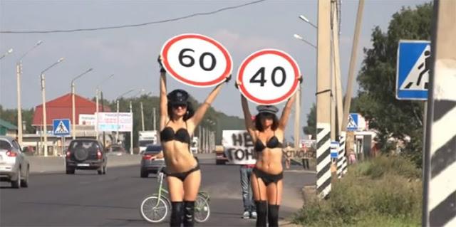 En Rusia usan chicas topless para reducir velocidad de coches