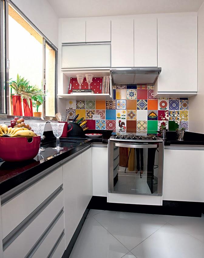 cozinha de 7 m, branca com detalhes coloridos