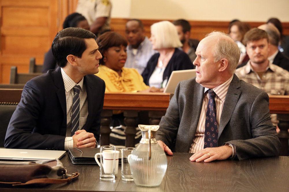 John Lithgow y Nicholas D'Agosto en un fotograma del piloto de Trial & Error