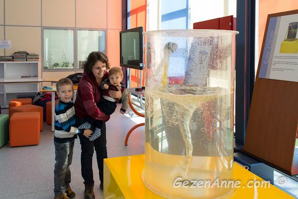 sularda girdap oluşumunu oğullarımla incelerken, Sancaktepe Bilim Merkezi İstanbul