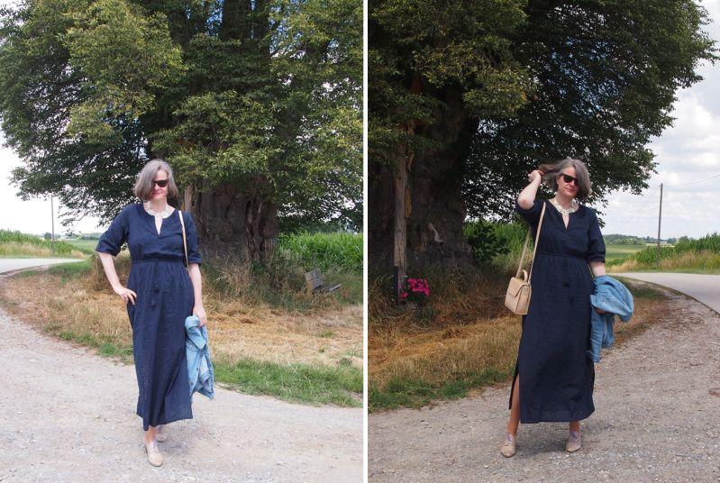 Hippiekleid mit Statementkette und eleganter Tasche kombiniert