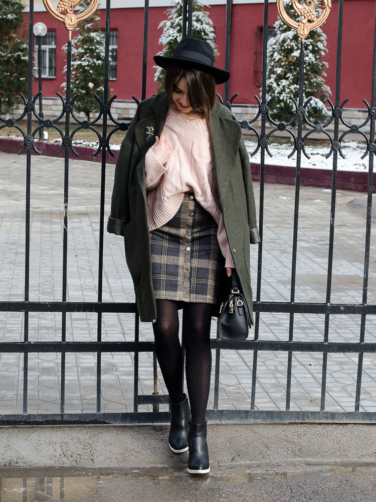 fashion blogger diyorasnotes plaid skirt romwe dutsy pink jumper asos coat