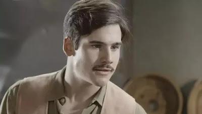 Alfredo (Nicolas Prattes) convence Tião (Izak Dahora) a roubar Osório (Nicola Siri) — Foto: Globo