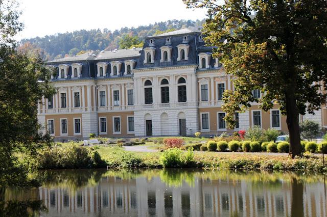 Großes Palais im Englischen Garten in Meiningen spiegelt sich im kleinen See