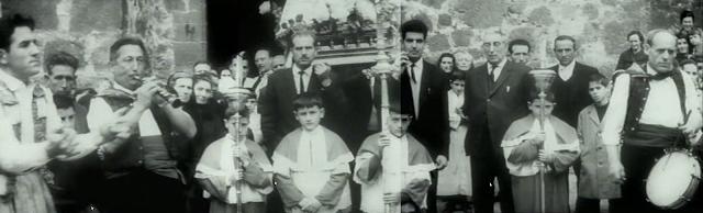 Imagen de 'Lejos de los árboles (1972)' - Inicio de la Danza en la Obra de la Iglesia de San Andrés (varios fotogramas)