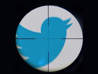Twitter anda experimentando. En la red de microblogging se puede compartir todo tipo de contenidos e información de manera pública. Al parecer, se empezará a enfocar en las interacciones uno a uno entre usuarios a través de mensajería instantánea de Twitter. Esta semana vimos como empezó a funcionar una nueva función de recibir mensajes directos de cualquier usuario, activando primero la opción. Antes de esto, solamente podíamos recibir mensajes directos de usuarios que estuviéramos siguiendo. La red de microblogging parece que intentará ir más allá y estaría en desarrollo una aplicación de mensajería instantánea de Twitter, según información de All