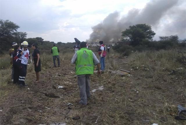 Cae avión en México con 103 personas; todos sobreviven