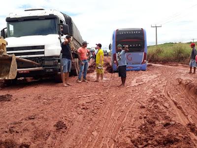 BR 316 desmancha e caminhões ficam atolados gerando grande engarrafamento no MA