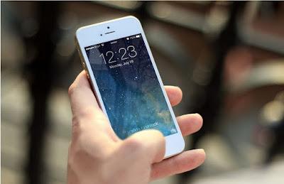 gambar orang pegang ponsel