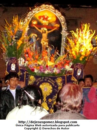 Foto a la procesión del Señor de los Milagros de noche. Foto tomada por Jesus Gómez