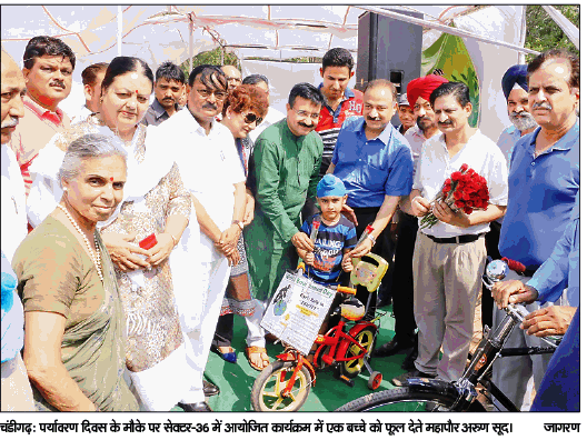 पर्यावरण दिवस के मौके पर सेक्टर 36 में आयोजित कार्यक्रम में भाग लेते पूर्व सांसद एवं एडिशनल सॉलिसिटर जनरल ऑफ़ इंडिया श्री सत्य पाल जैन व अन्य