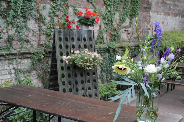 Blumen Bouquet richtig arrangieren mit bloomon Strauss L Workshop Jules kleines Freudenhaus