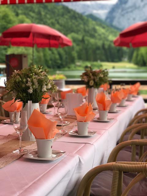 Kaffeetafel auf der Seeterrasse direkt am See, London meets Garmisch-Partenkirchen, Sommerhochzeit im Vintage-Look in Bayern mit internationalen Hochzeitsgästen, Riessersee Hotel, Hochzeitsplanerin Uschi Glas