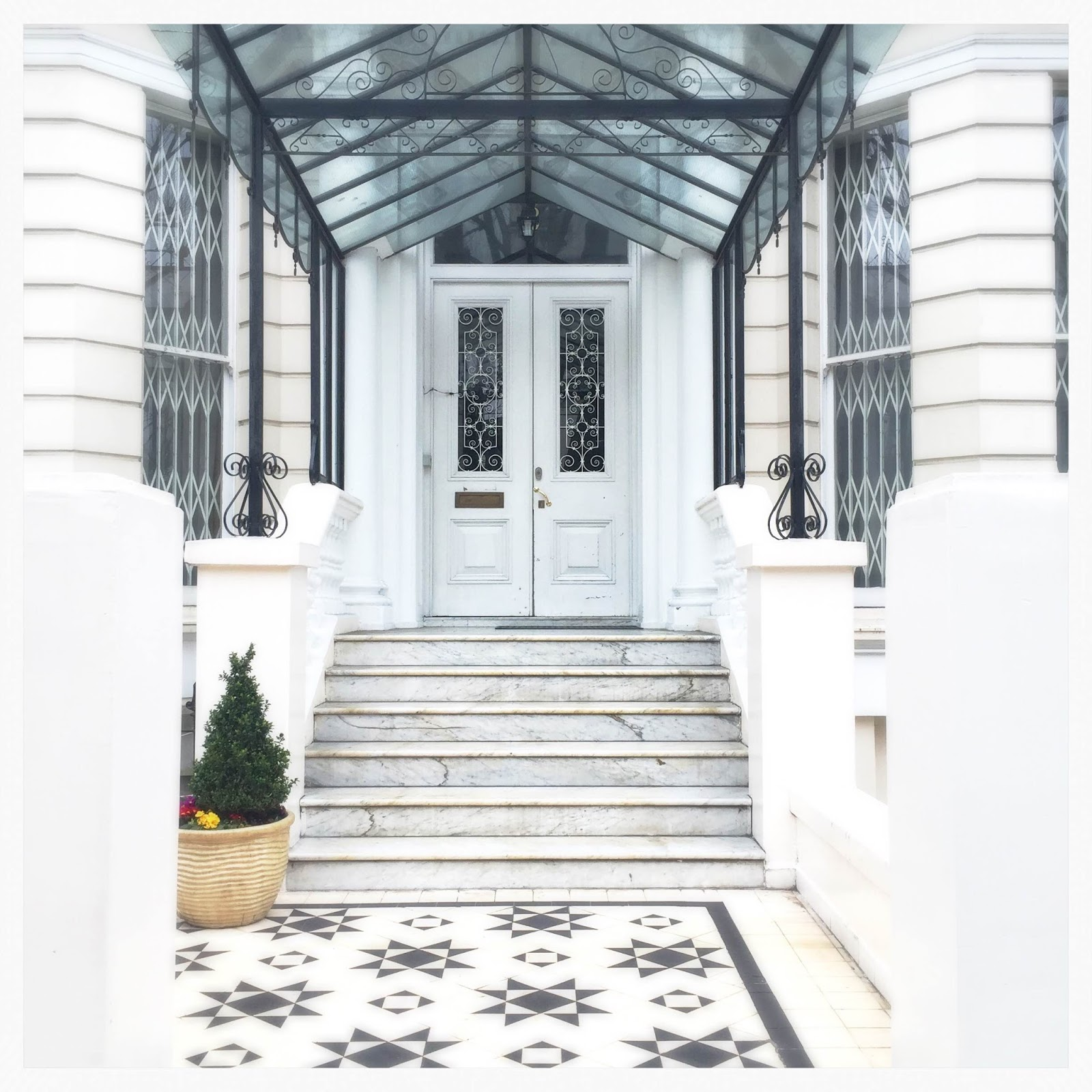 House entrance in Kensington London blogger photos