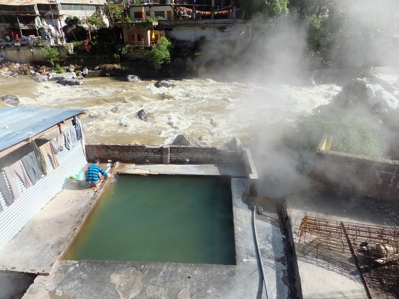 горячая ванна в Маникаране у реки