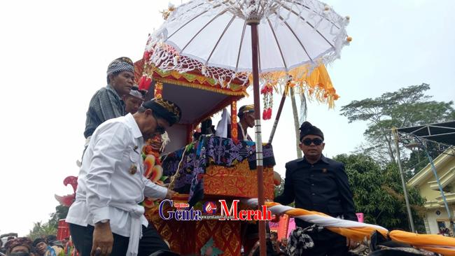 Penghormatan Terkhir, Jenazah Anggota DPRD Lamteng Dilakukan Ngaben