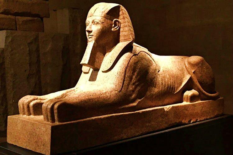 Mısır'a hükümdar olabilmek amacıyla Amon'un kızı olduğu yalanını uydurdu.