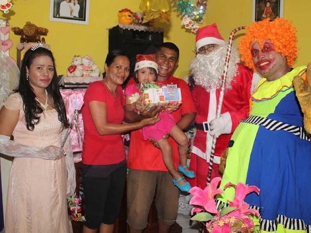 Kemeriahan Natal Saat Santa Klaus Kunjungi Warga Saumlaki
